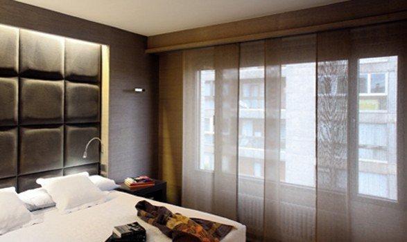 Camera da letto con tende a pannelli