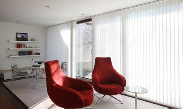 tende verticali per l`arredamento di un moderno soggiorno