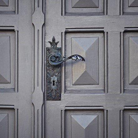 due persone riparano una porta