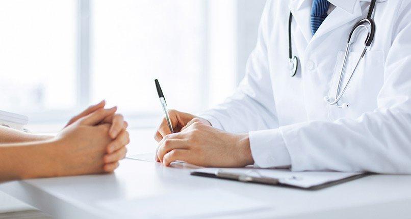 dottore durante un colloquio con un paziente