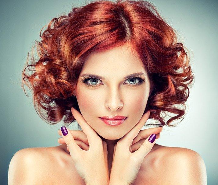 Donna con parrucca rossa