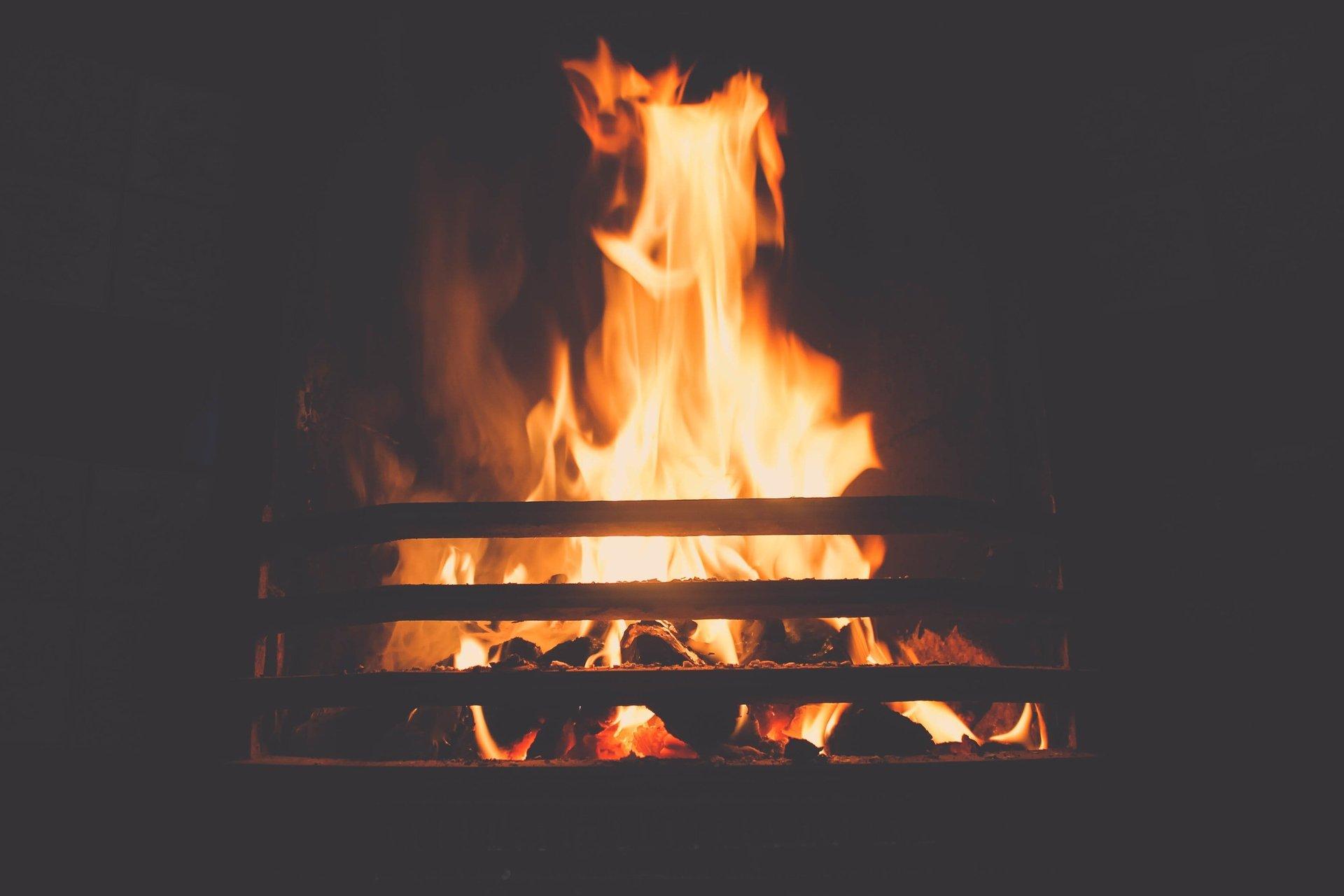 fiamme in un camino