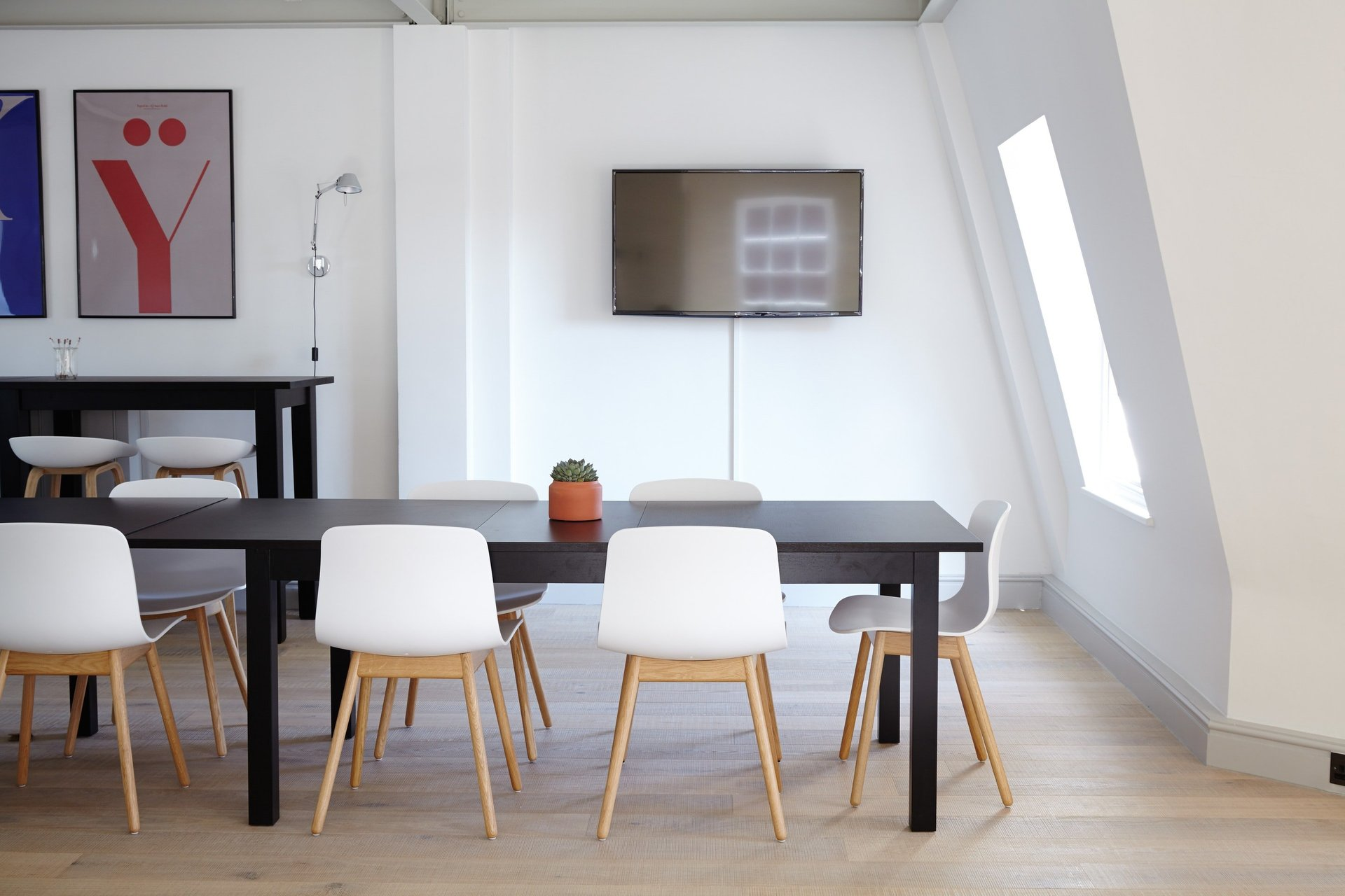 IncWorx SharePoint Customer Desk with White Chairs