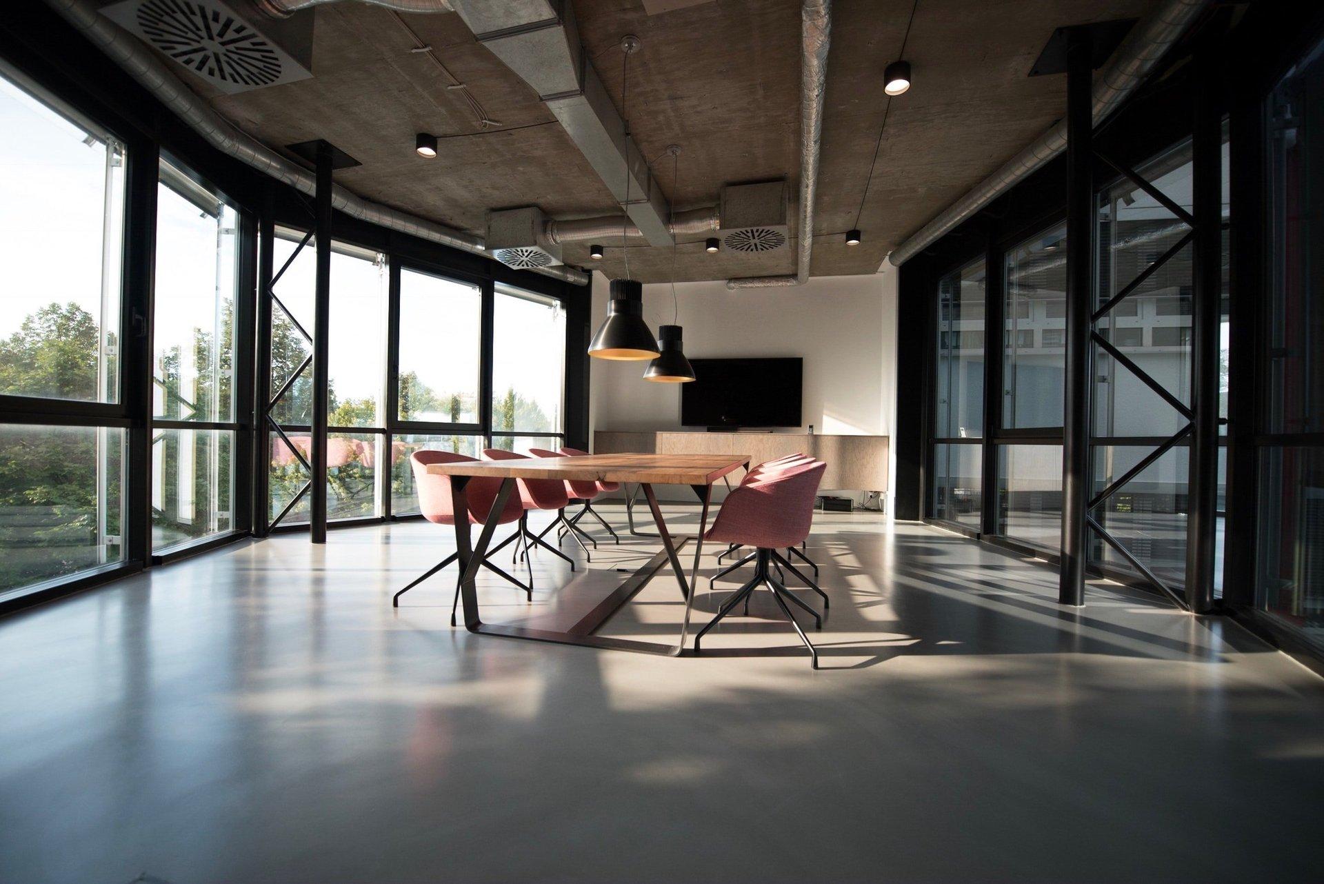 Grande ufficio con tavolo da riunione e sedie