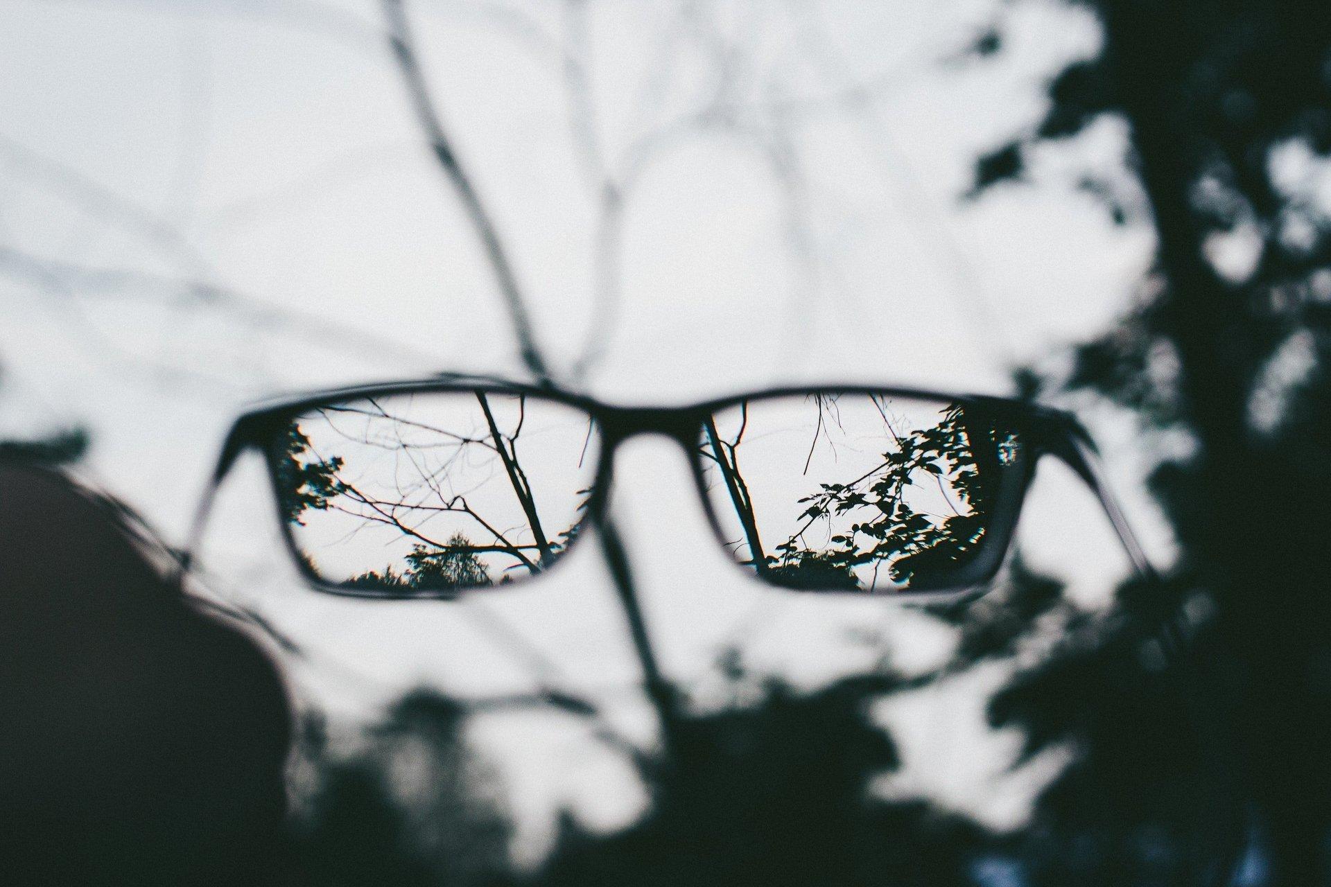 occhiali da vista con sfondo sfocato