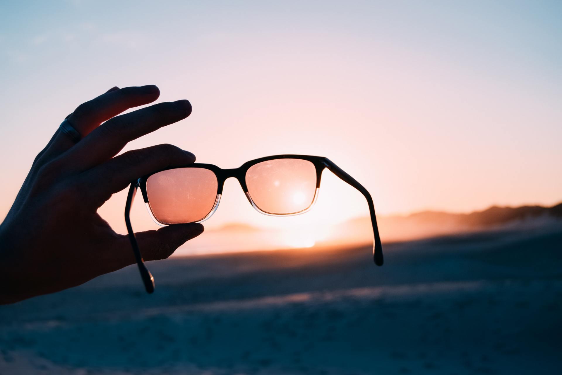 557c4e065 Com a enorme variedade de lentes, formatos, cores, tendências e materiais,  os óculos escuros, ou de Sol, tornaram-se, atualmente, além de um acessório  de ...