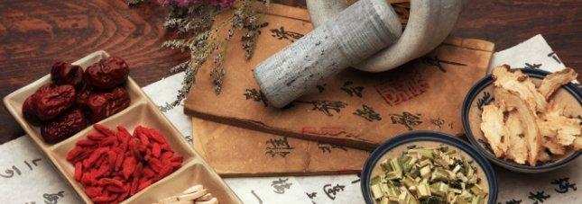 Chinesische Kräuter, Stiele, Wurzeln und Früchte und chinesische Schriftstücke